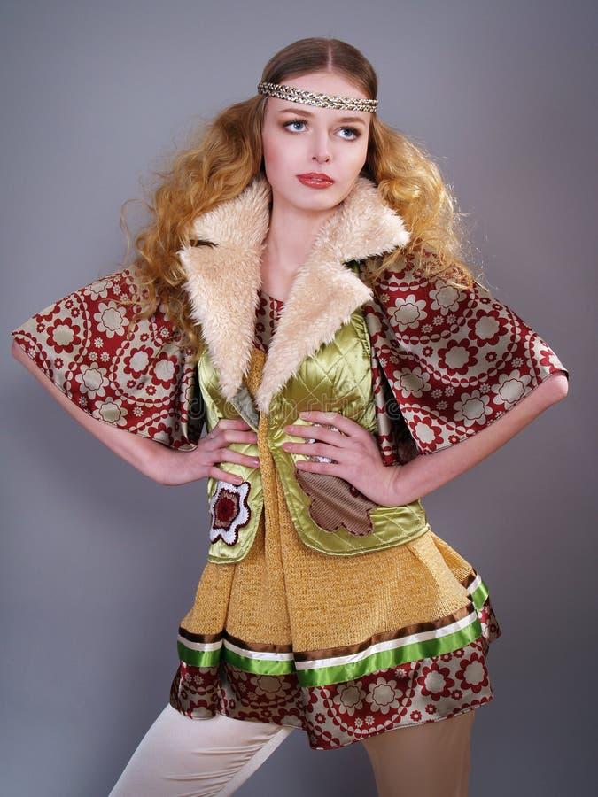 Schönes Mädchen mit dem lockigen Haar in der russischen Kleidung stockfotografie