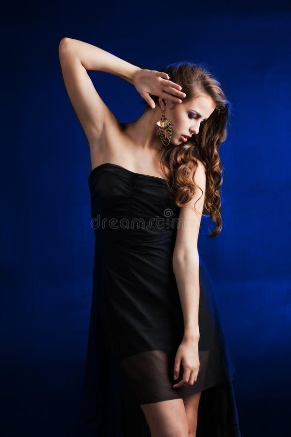 Schönes Mädchen mit dem luxuriösen Haar stockbild