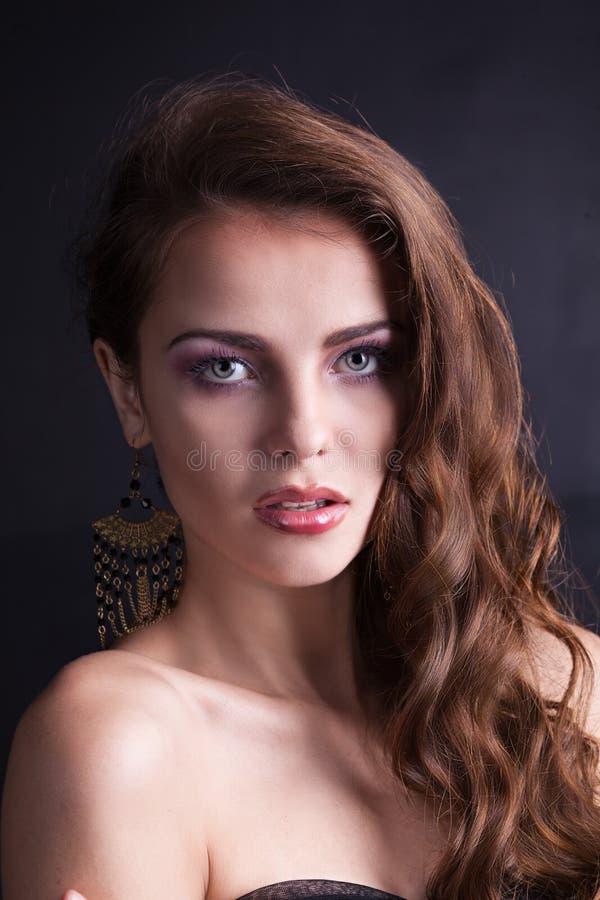 Schönes Mädchen mit dem luxuriösen Haar stockfotos