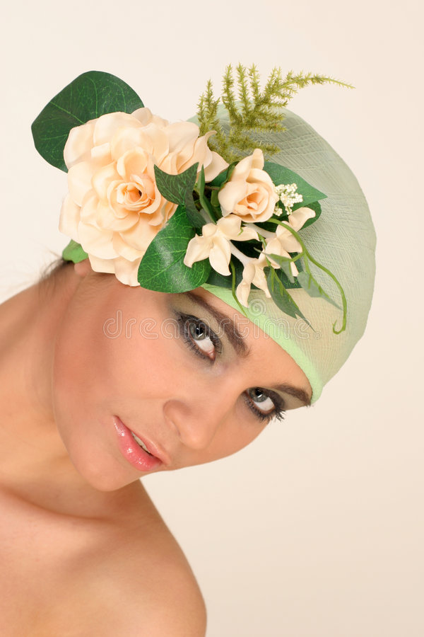 Schönes Mädchen mit den Blumen, die Sie betrachten stockbilder