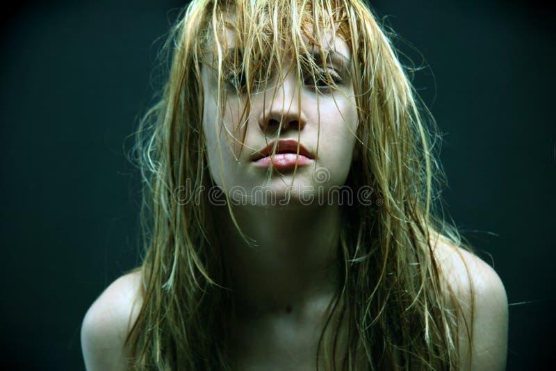 Schönes Mädchen mit den nassen Haaren. stockbilder