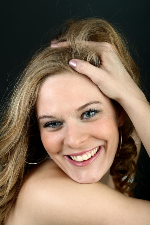 Schönes Mädchen mit der Hand in ihrem Haar lizenzfreies stockbild