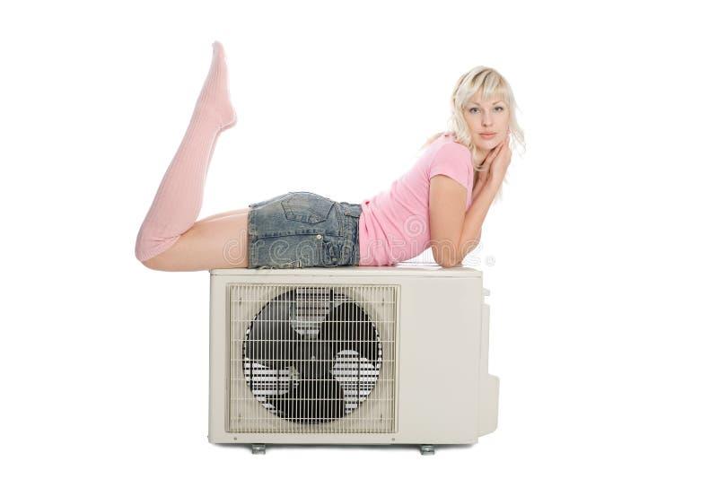 Schönes Mädchen mit der Klimaanlage lizenzfreies stockbild