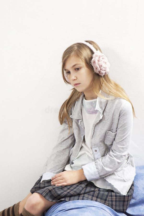 Schönes Mädchen mit Druck im Kopfhörer hören Musik lizenzfreie stockbilder