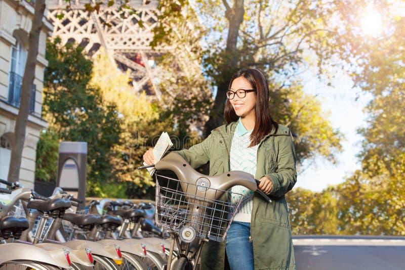 Schönes Mädchen mit einem Fahrrad in Paris lizenzfreie stockfotos