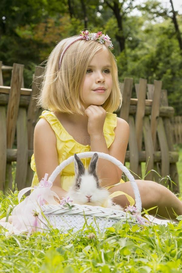 Schönes Mädchen mit einem Kaninchen stockfotos