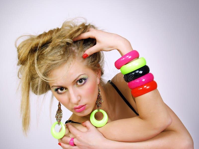 Schönes Mädchen mit einem langen angemessenen Haar im hellen Büstenhalter lizenzfreie stockfotos