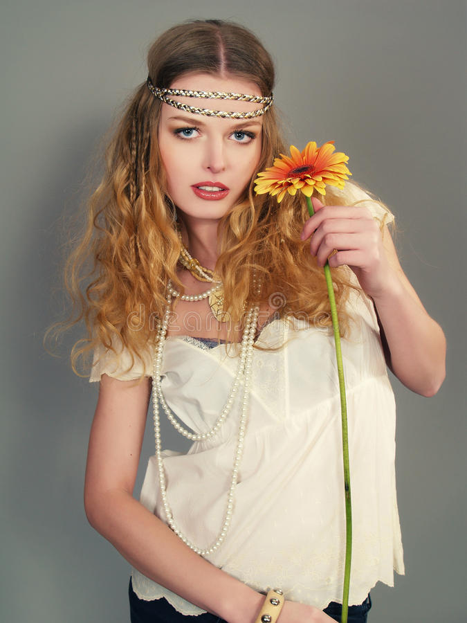 Schönes Mädchen mit einem langen angemessenen Haar mit Blume lizenzfreies stockfoto