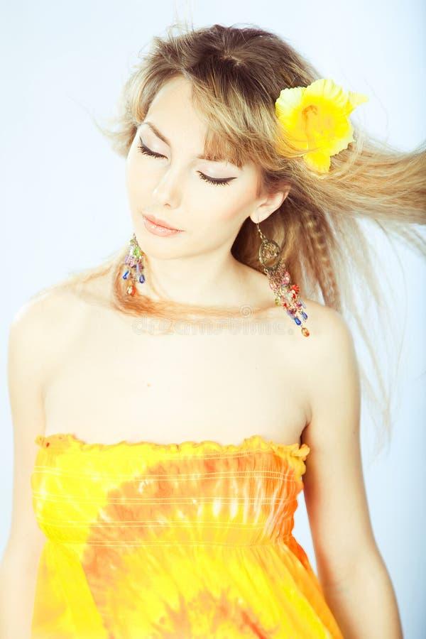 Schönes Mädchen mit einer Blume in ihrem Haar. lizenzfreie stockbilder