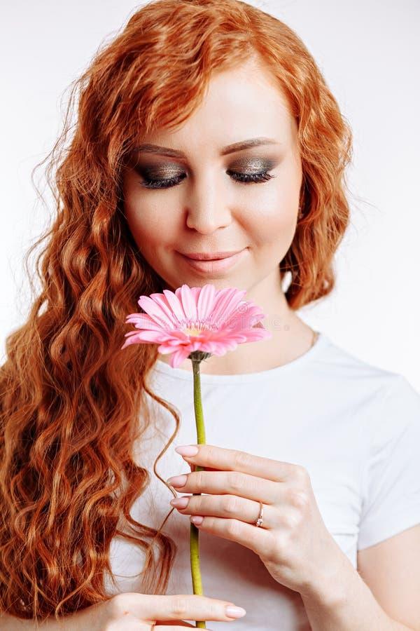 Schönes Mädchen mit einer Blume stockbild