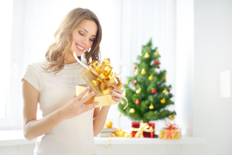 Schönes Mädchen mit einer Geschenkbox lizenzfreie stockfotografie