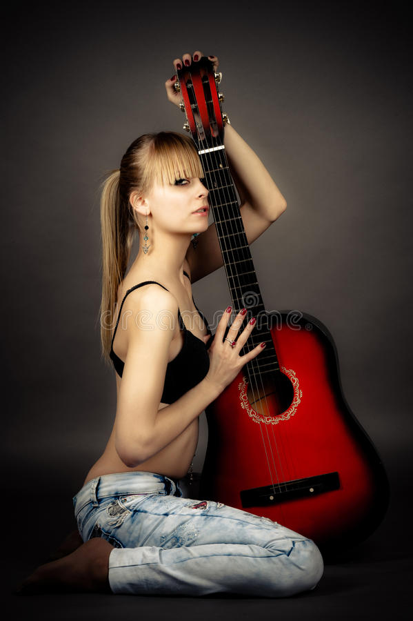 Mit einer Gitarre lizenzfreie stockbilder