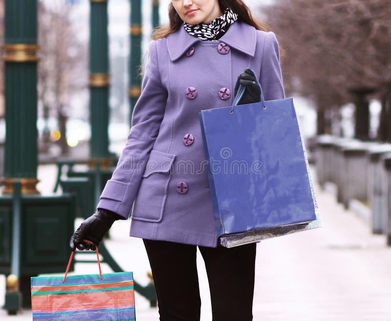 Schönes Mädchen mit Einkaufspaketen stockfoto