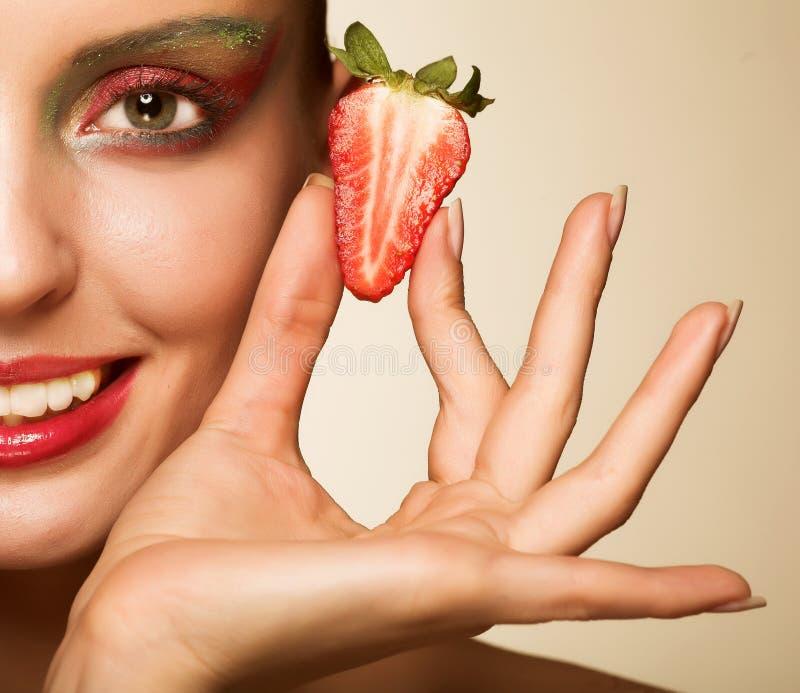 Schönes Mädchen mit Erdbeere lizenzfreie stockbilder