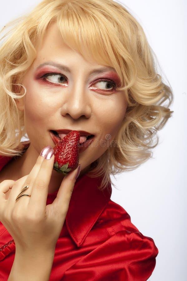 Schönes Mädchen mit Erdbeere stockfotos
