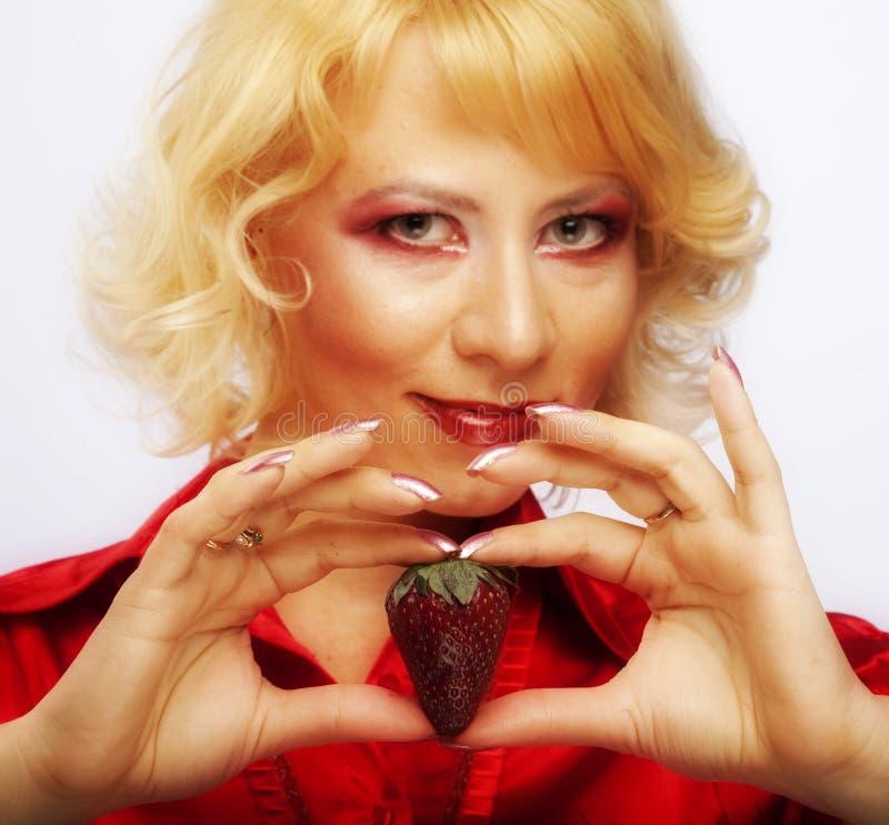 Schönes Mädchen mit Erdbeere lizenzfreie stockfotos