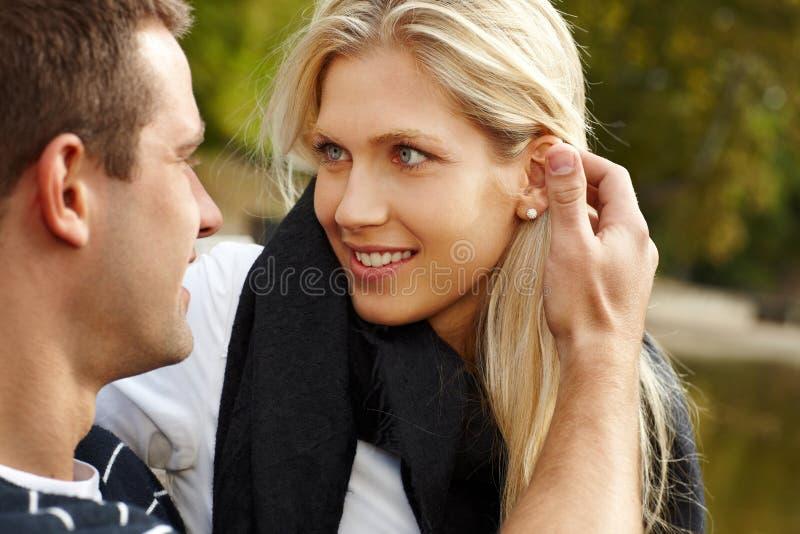Schönes Mädchen mit Freund im Park stockbild