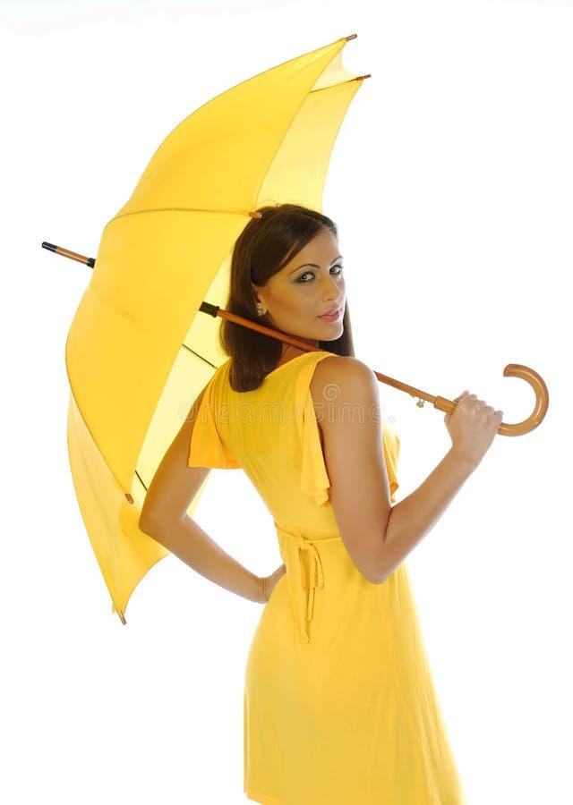 Schönes Mädchen mit gelbem Regenschirm lizenzfreie stockfotos