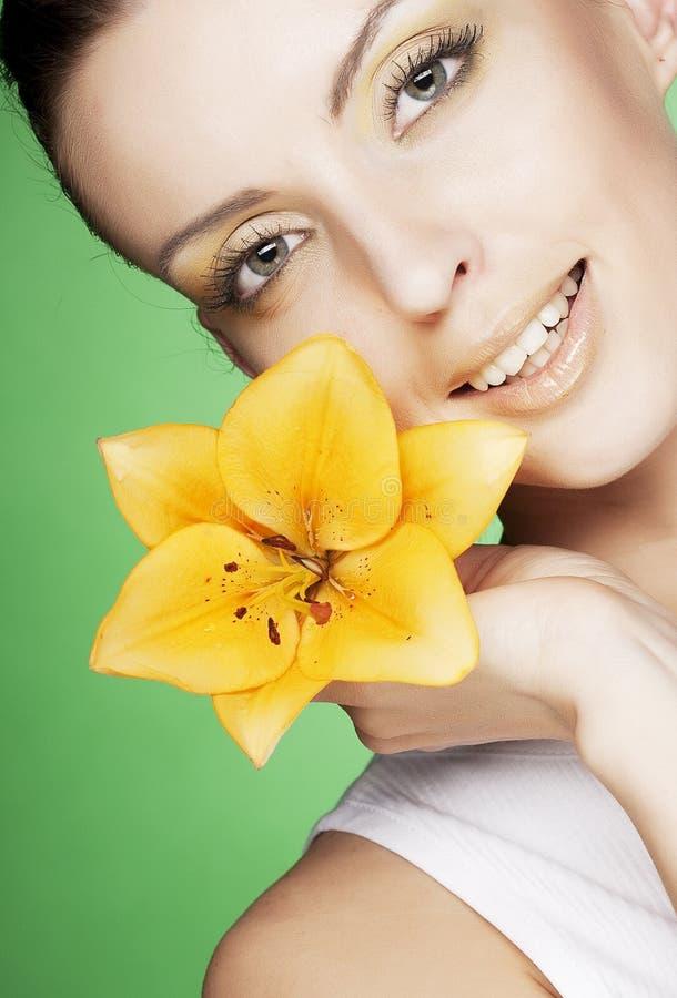Schönes Mädchen mit gelber Blume lizenzfreies stockbild