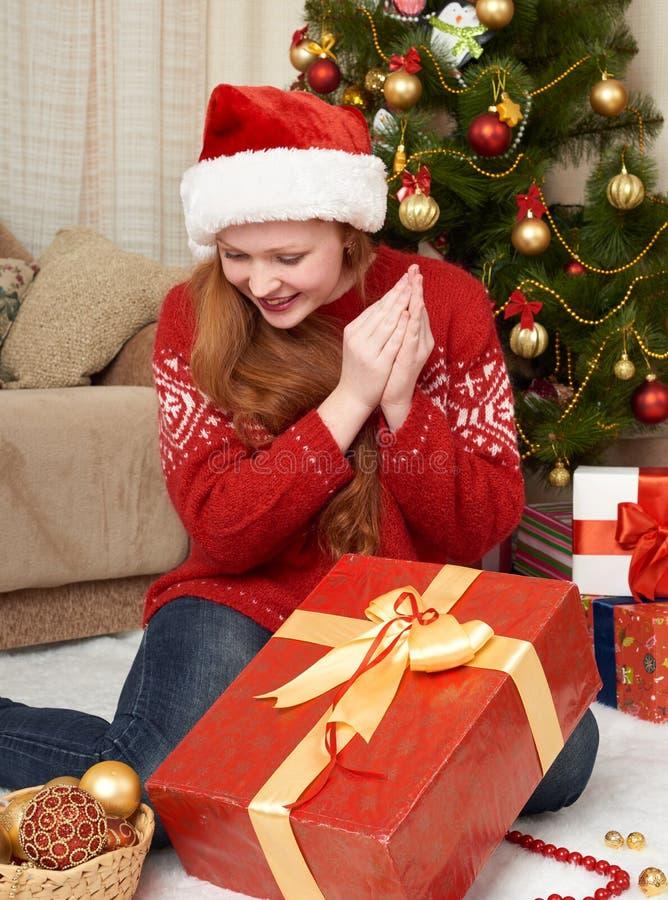 Schönes Mädchen mit Geschenkboxen in der Weihnachtsdekoration zu Hause Sylvesterabend und Winterurlaubkonzept lizenzfreies stockbild