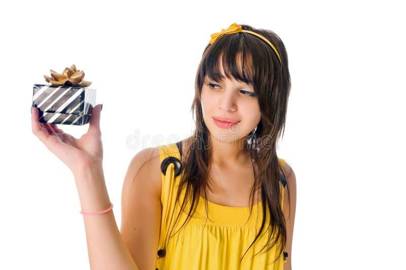 Schönes Mädchen mit Geschenkkasten lizenzfreies stockbild