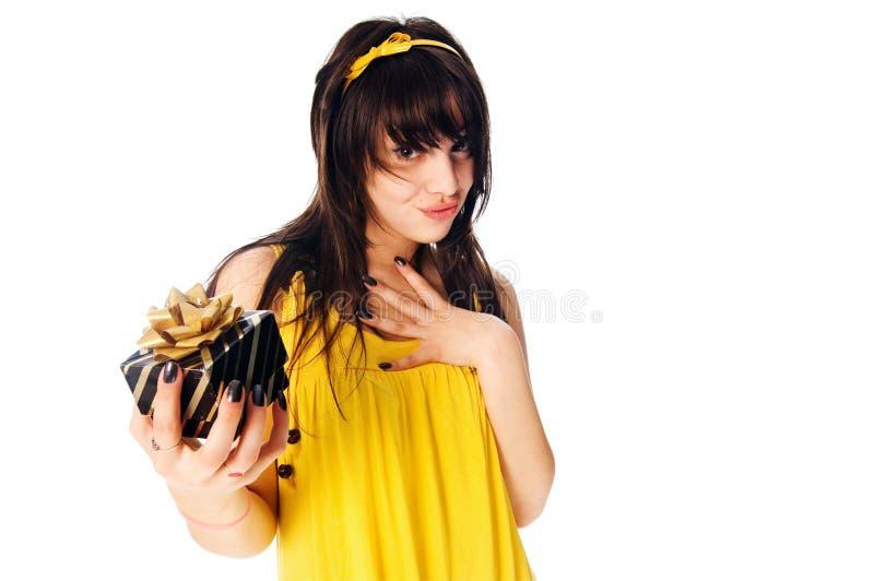 Schönes Mädchen mit Geschenkkasten stockbilder