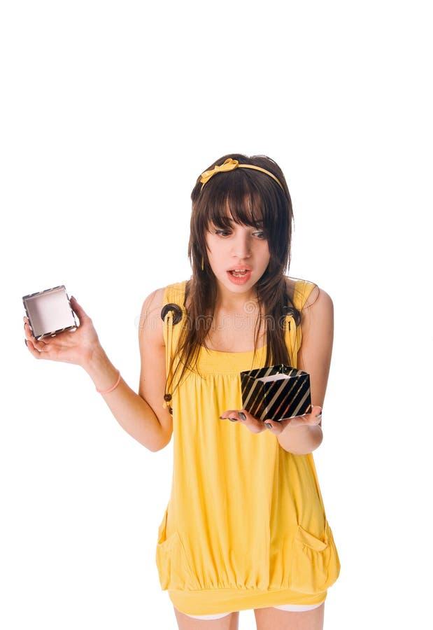 Schönes Mädchen mit Geschenkkasten lizenzfreie stockbilder