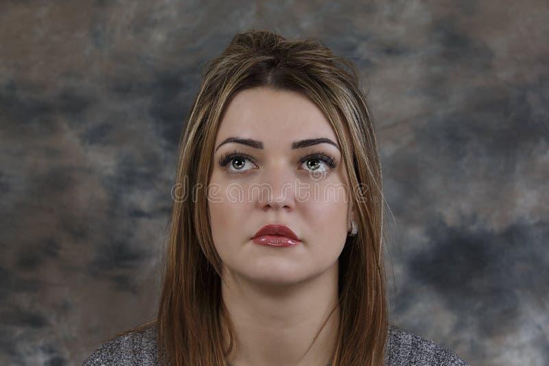 Schönes Mädchen mit großen Augen auf einem abstrakten Hintergrund lizenzfreies stockbild