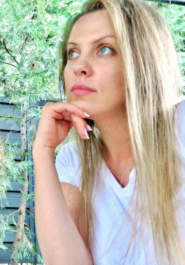 Schönes Mädchen mit großer Nahaufnahme der blauen Augen stockfoto