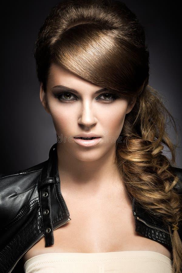 Schönes Mädchen mit hellem Make-up, perfekter Haut und Frisur als Borte lizenzfreies stockfoto