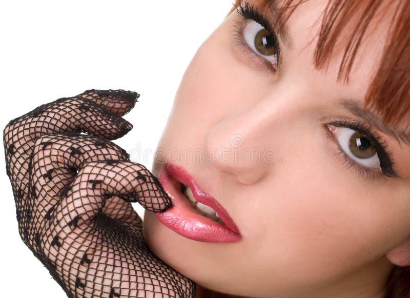 Schönes Mädchen mit Ineinander greifenhandschuhen lizenzfreie stockbilder