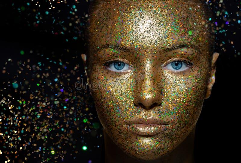 Schönes Mädchen mit künstlerischem Make-up und Pailletten Die Schönheit von lizenzfreies stockbild