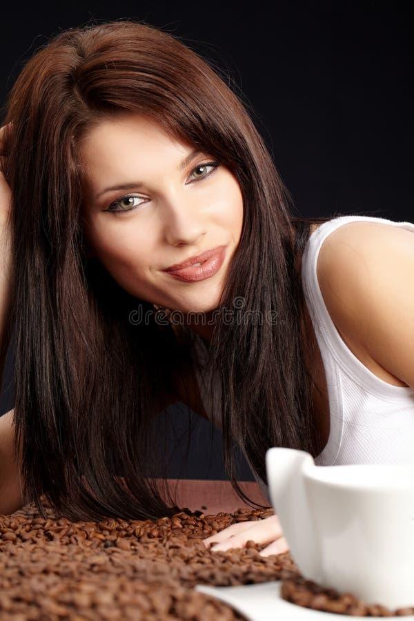 Schönes Mädchen mit Kaffeebohnen stockfotografie