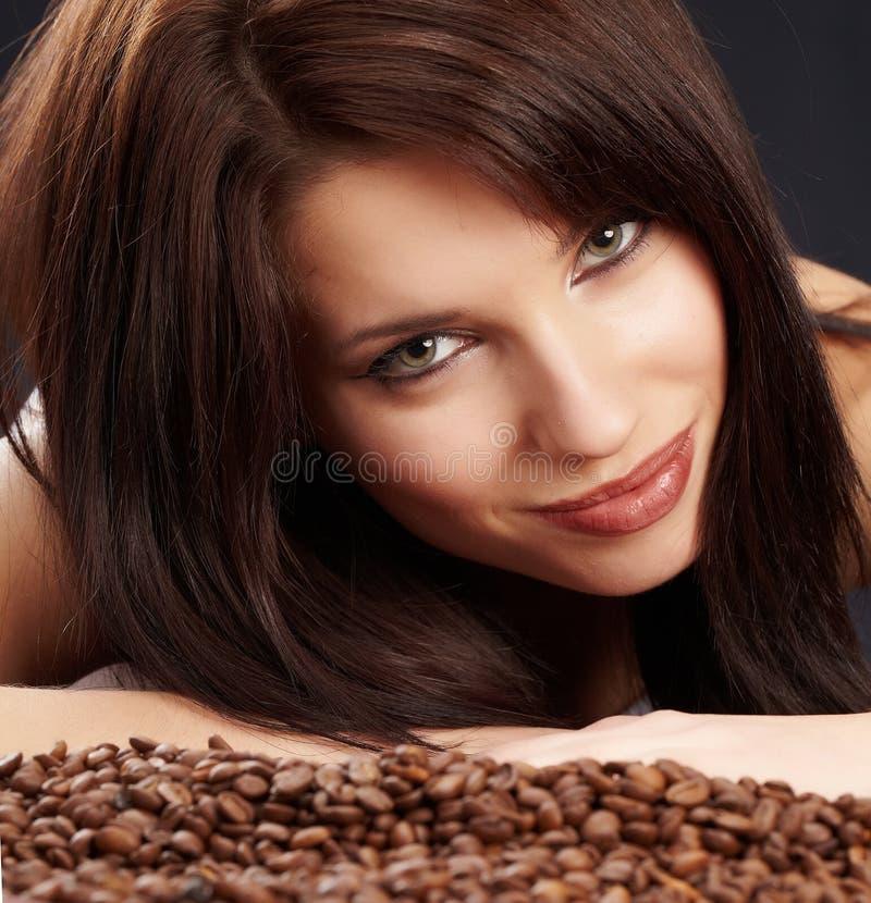 Schönes Mädchen mit Kaffeebohnen lizenzfreie stockfotos