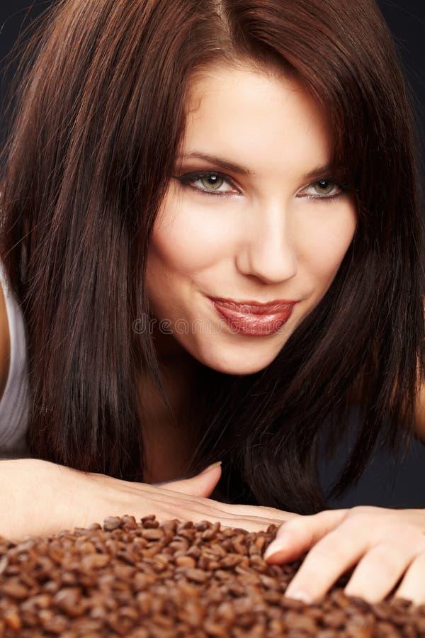 Schönes Mädchen mit Kaffeebohnen stockbilder