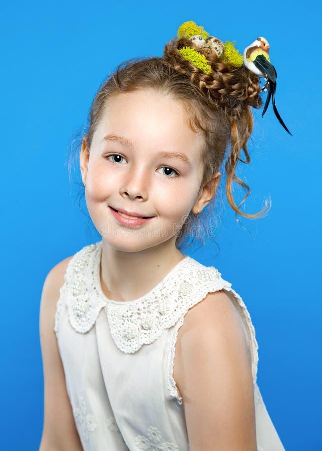 Schönes Mädchen mit kreativer Frisur lizenzfreie stockfotos