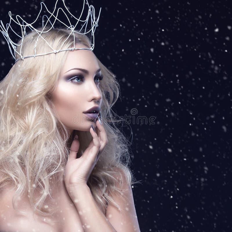 Schönes Mädchen mit Krone stockbilder