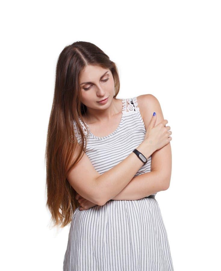 Schönes Mädchen mit langem Haarblick unten lokalisiert auf Weiß lizenzfreies stockfoto