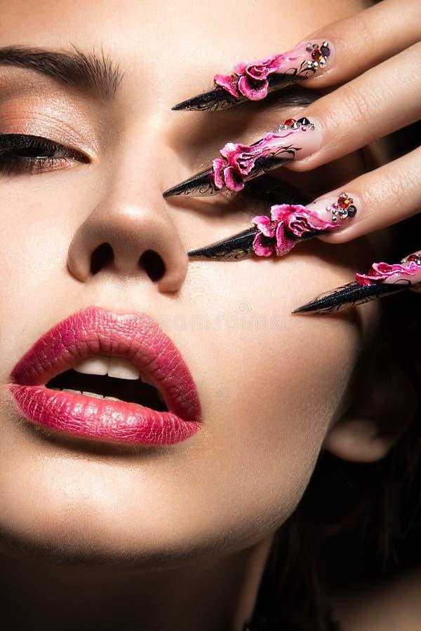 Schönes Mädchen mit langen Nägeln und den sinnlichen Lippen stockbilder