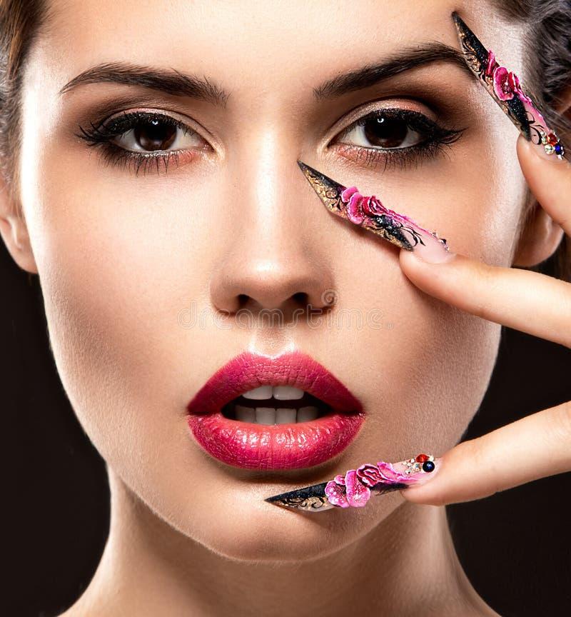 Schönes Mädchen mit langen Nägeln und den sinnlichen Lippen lizenzfreie stockfotos