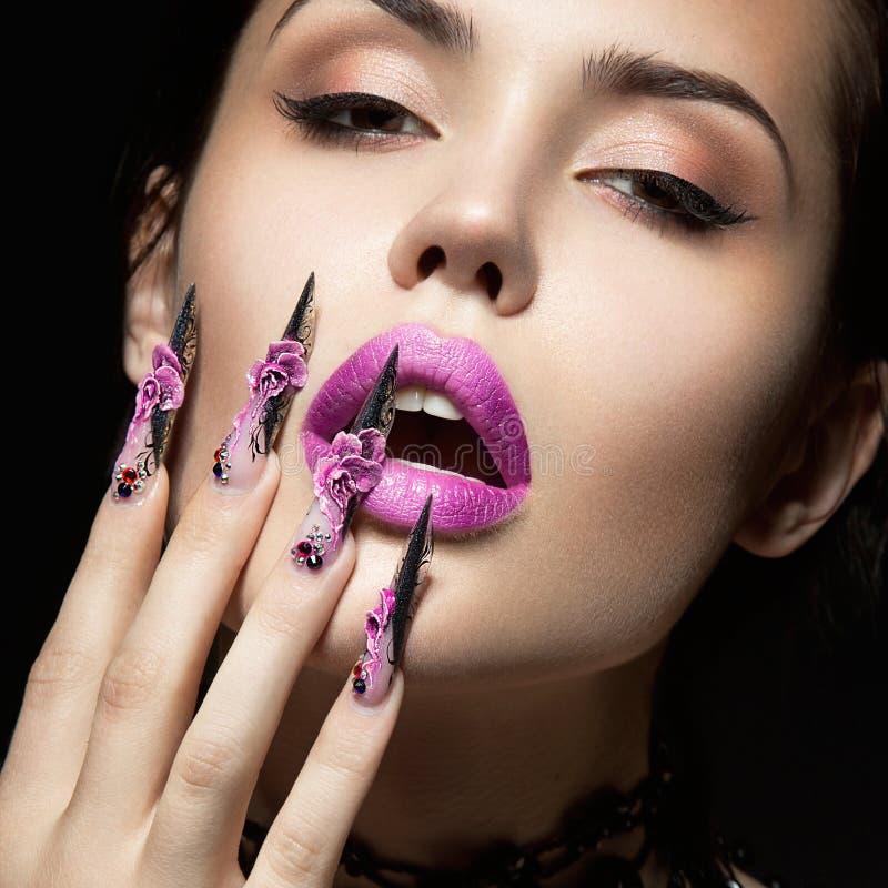Schönes Mädchen mit langen Nägeln und den sinnlichen Lippen Schönes lächelndes Mädchen lizenzfreie stockfotografie