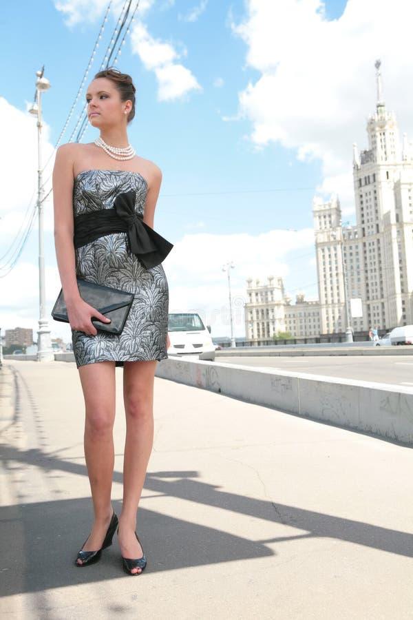 Schönes Mädchen mit lederner Handtasche lizenzfreies stockbild