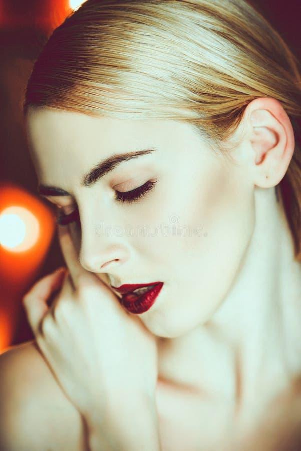 Schönes Mädchen mit modischem Make-up lizenzfreie stockfotos