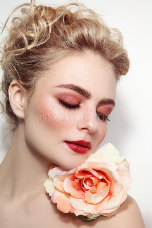 Schönes Mädchen mit neuem Make-up stockbild