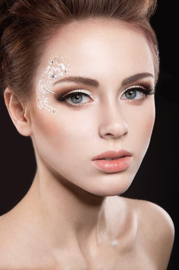 Schönes Mädchen mit perfektem Haut- und Abendmake-up lizenzfreie stockbilder
