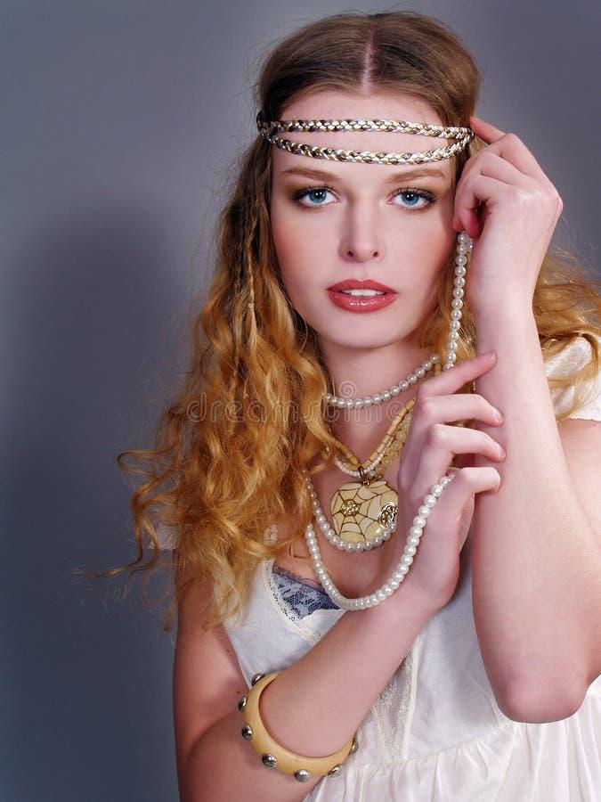 Schönes Mädchen mit Perlenkornen stockfoto