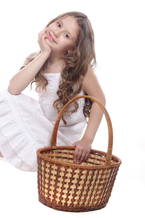 Schönes Mädchen mit Picknickkorb über Weiß stockfotografie