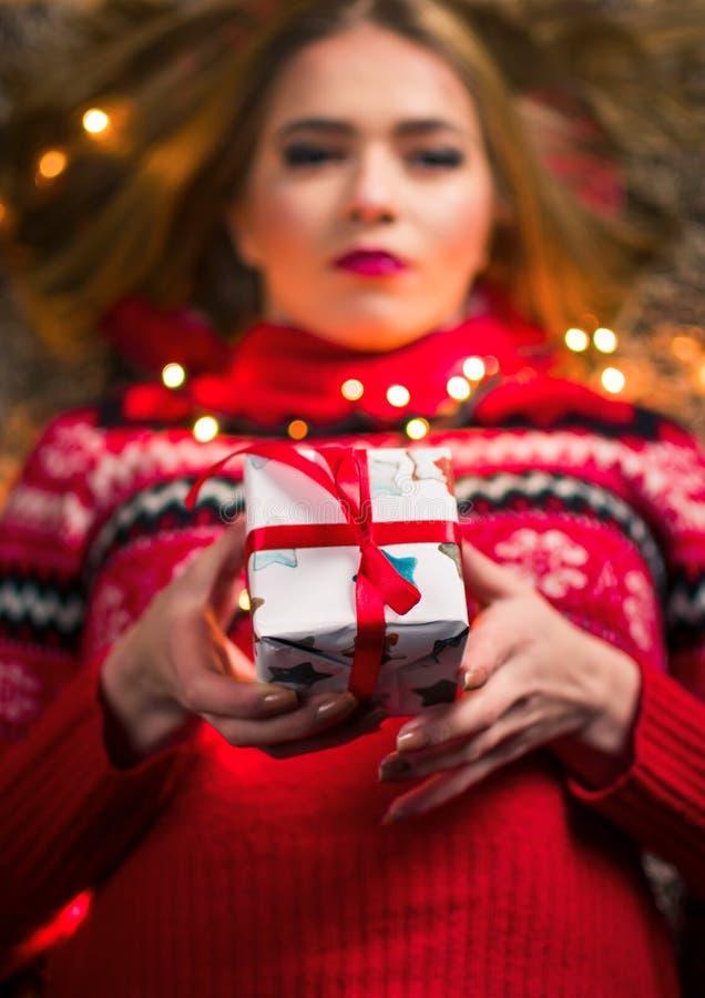 Schönes Mädchen mit Präsentkarton und festlichen Lichtern lizenzfreie stockfotografie