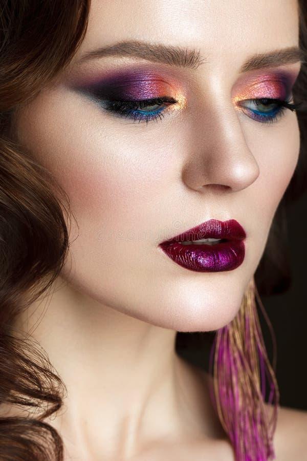 Schönes Mädchen mit professionellem buntem Make-up lizenzfreie stockbilder