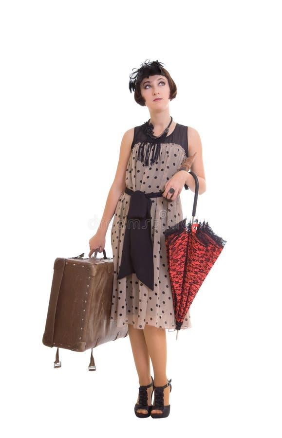 Schönes Mädchen mit Regenschirm und altem Koffer stockfotografie